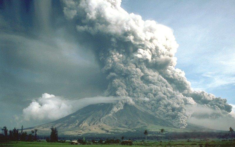 пирокластический поток во время извержения вулкана