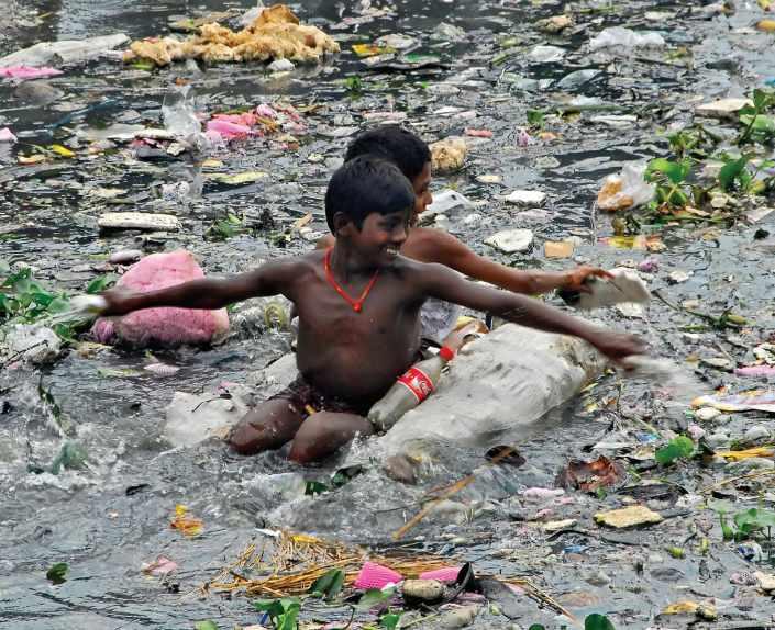 Плавание среди мусора