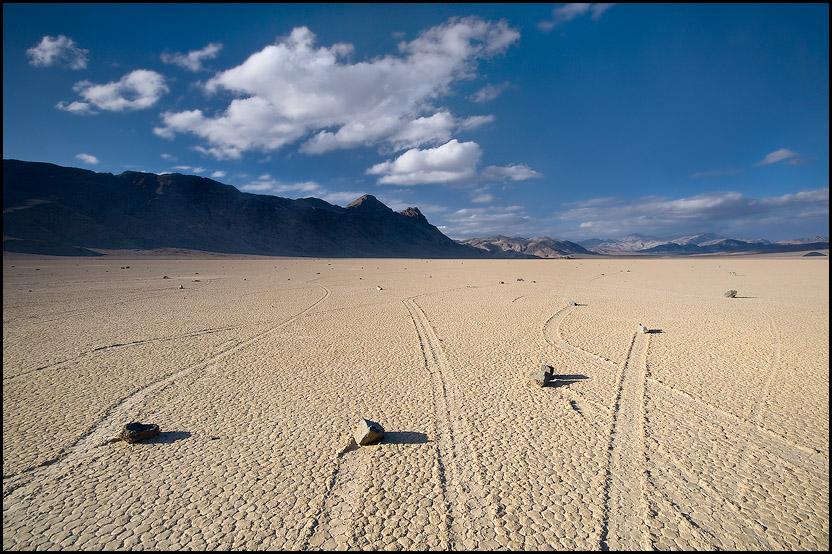 Следы камней в Долине Смерти