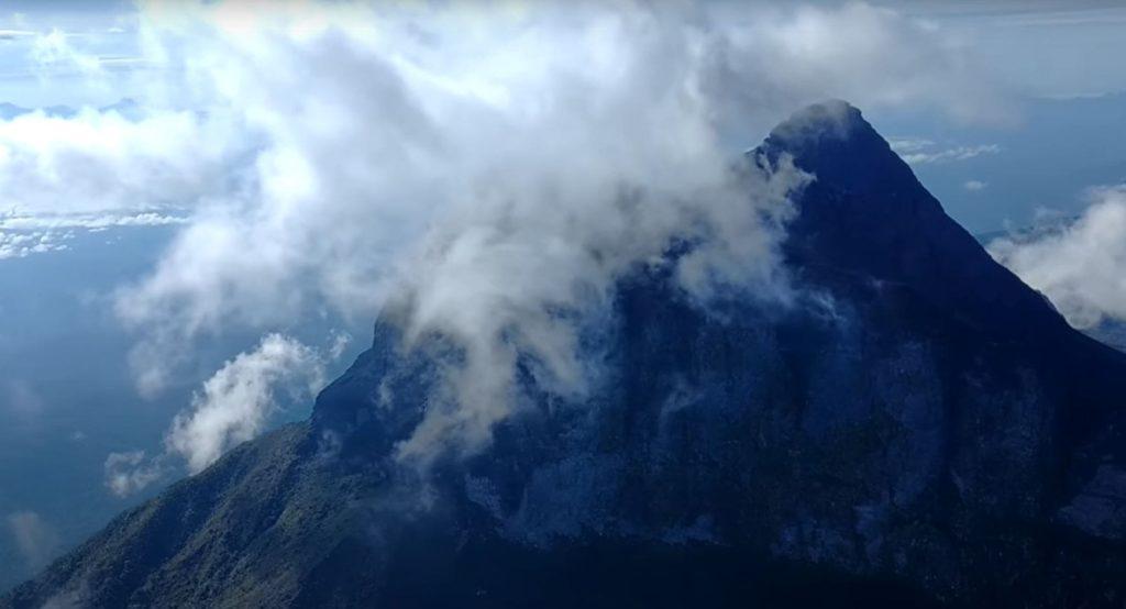 Пико-да-Неблина скрыт от глаз туманом и облаками.
