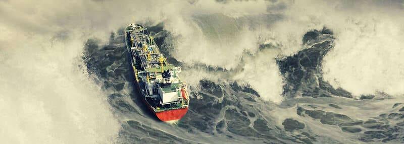 Волны обрушиваются на корабль