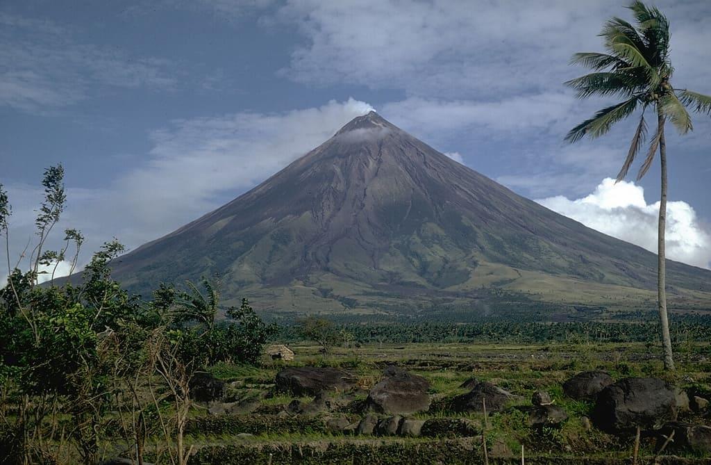 Вулканические формы рельефа. Основные типы